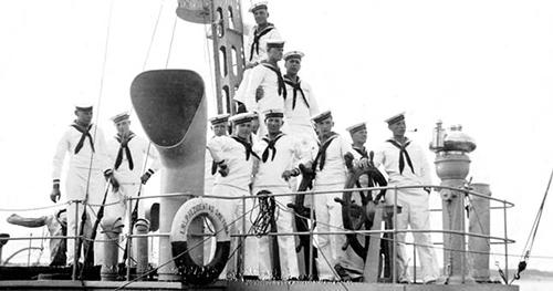 Pre-war warship Smetona crew